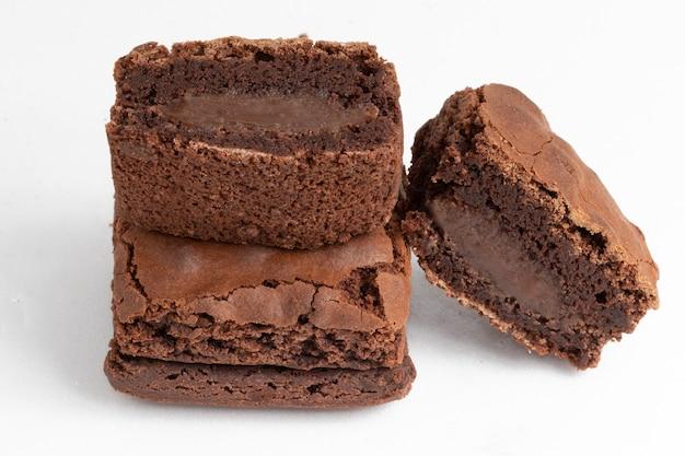 Brownies recheados com chocolate (brigadeiro) em fundo branco.