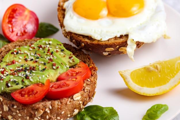 Brunch de abacate. torrada de ovo no pão. sanduíche vegano