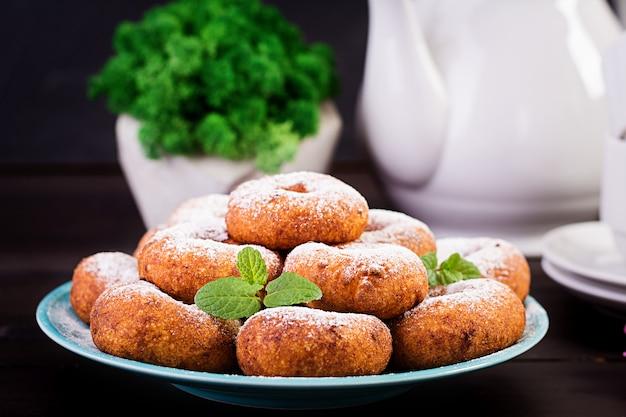 Brunch ou almoço. donuts caseiros polvilhados com açúcar em pó.