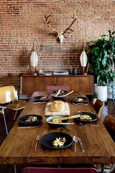 Brunch vegano familiar com pão caseiro e salada de macarrão