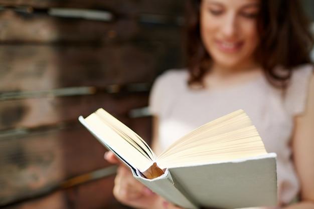 Brunette mulher segurando um livro