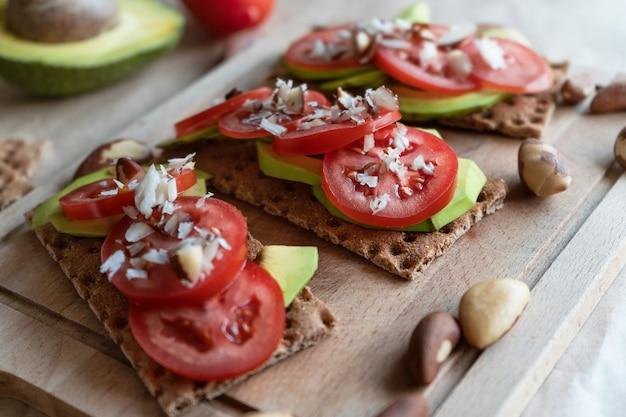 Bruschetta com abacate e tomate.