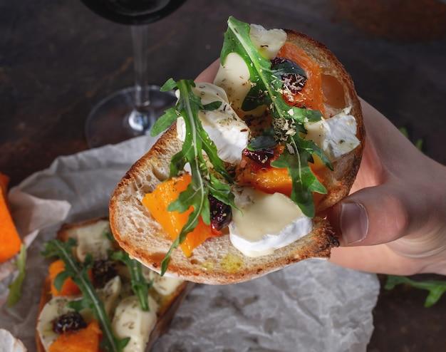 Bruschetta com abóbora e queijo