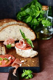 Bruschetta com jamon seco, cream cheese, tomate e manjericão fresco.