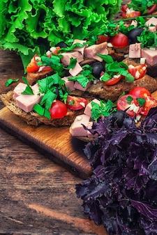 Bruschetta com legumes e carne