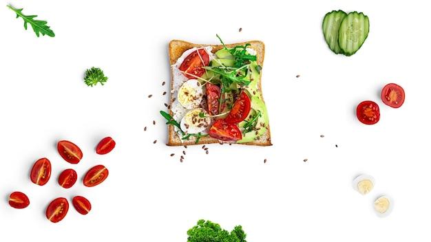 Bruschetta com legumes e ovo de codorna
