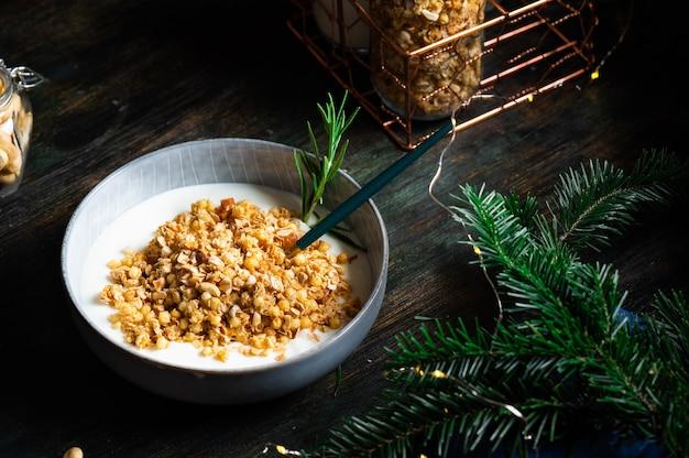 Bruschetta com molho de presunto e pesto no prato. bruschetta com hamon, melão e mel. aperitivo espanhol. antepastos italianos. comida de natal.