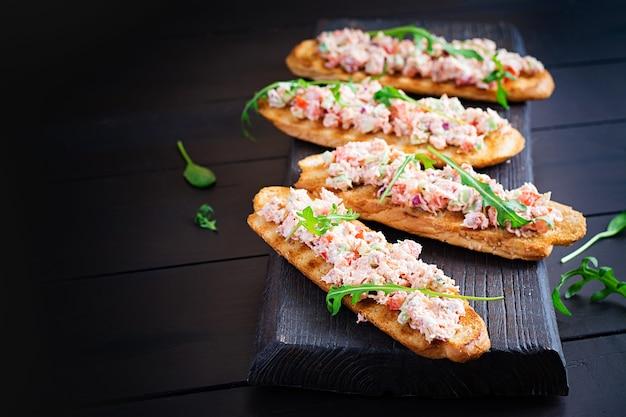Bruschetta com salmão assado