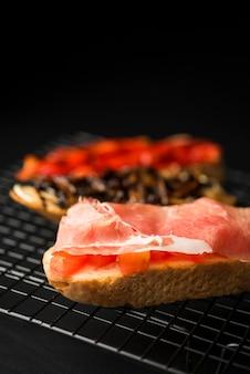Bruschetta com salmão close-up