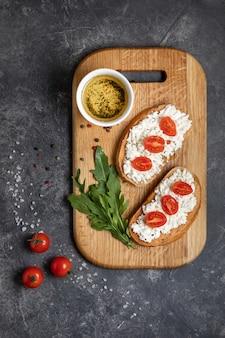 Bruschetta com tomate assado e queijo mussarela em uma tábua