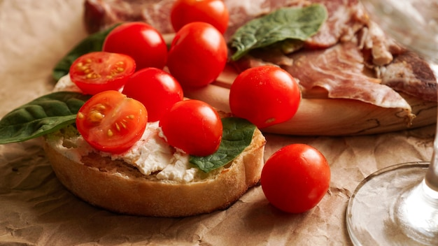 Bruschetta com tomate cereja, taça de vinho, aperitivo italiano