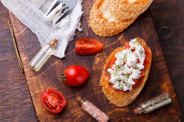 Bruschetta com tomate e queijo feta