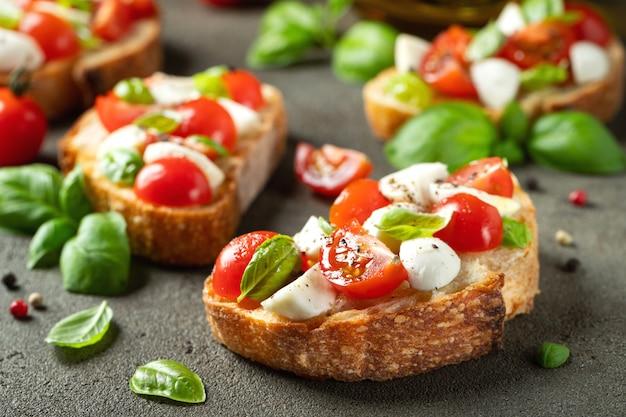 Bruschetta com tomate, mussarela e manjericão.
