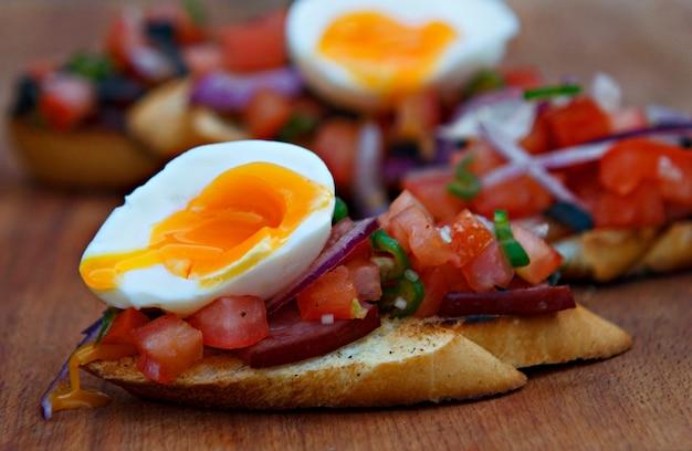Bruschetta com tomate, ovo e bacon