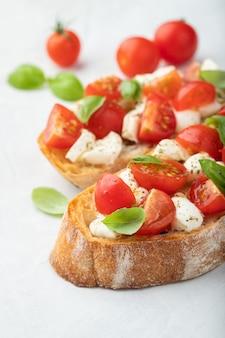 Bruschetta com tomate, queijo mussarela.
