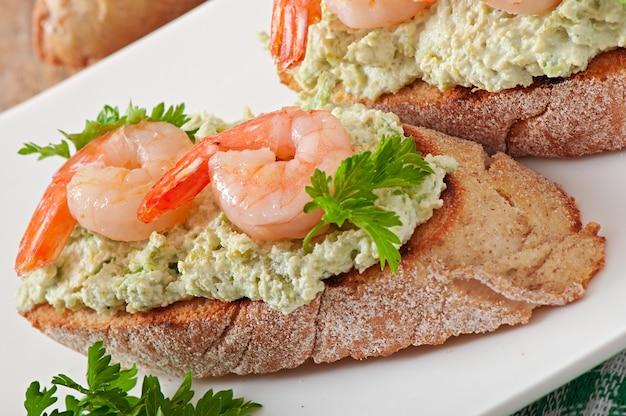 Bruschetta com uma pasta de ervilhas e camarões