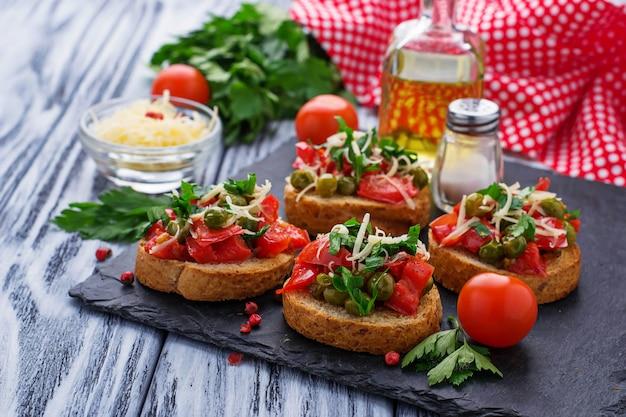 Bruschetta de antipasti italiano tradicional com vegetais
