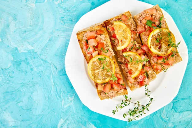 Bruschetta de aperitivo com atum e tomate