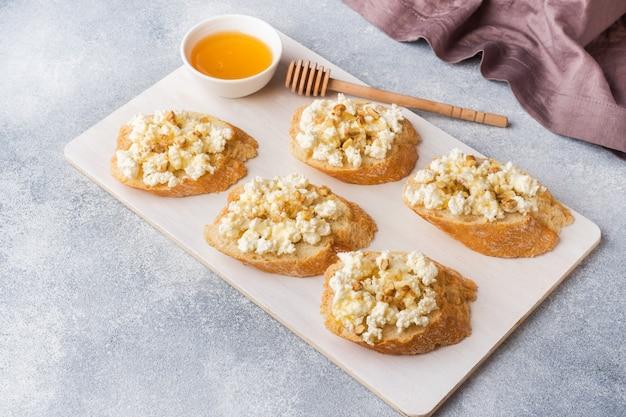 Bruschetta de lanche com queijo cottage, nozes e mel