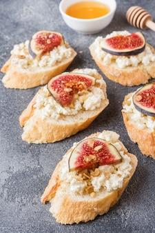 Bruschetta de petiscos com queijo cottage, nozes e mel e figos