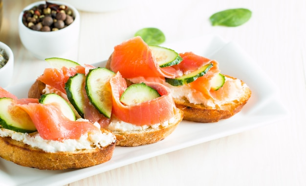 Bruschetta do salmão, do pepino e do queijo creme.
