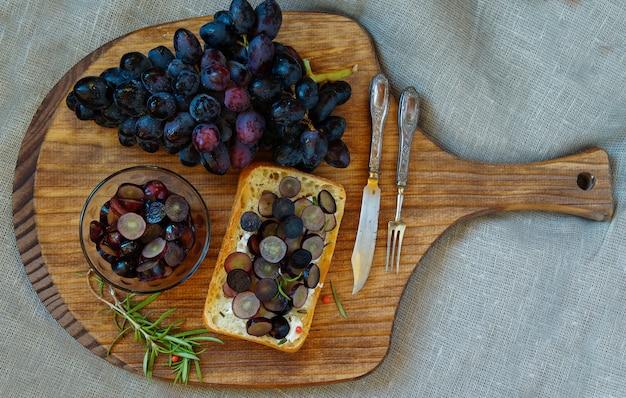 Bruschetta espanhola ou italiana com uvas marinadas em vinho rosé e queijo de cabra