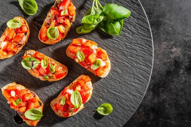 Bruschetta italiana clássica servida no prato escuro