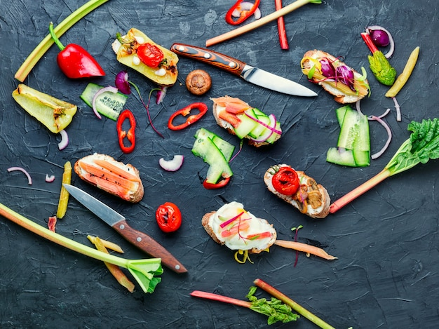 Bruschetta italiana com legumes.