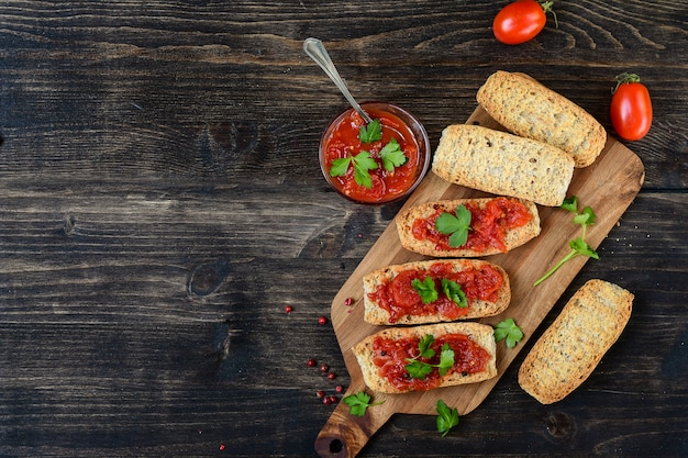 Bruschetta italiana com tomate, azeite, salsa verde e pimenta rosa.