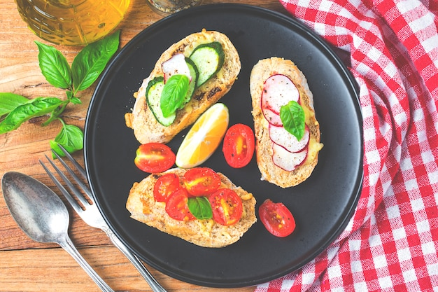 Bruschetta italiana com tomates assados