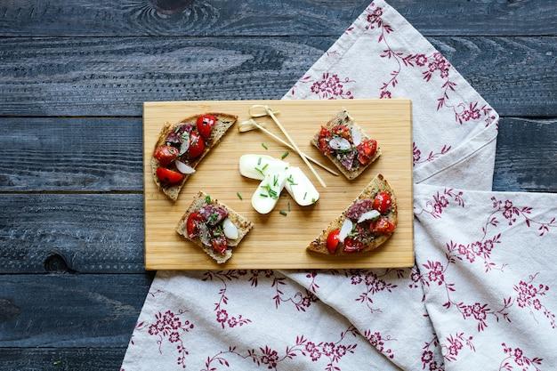 Bruschetta italiana feita com fatias de pão torradas com tomate cereja