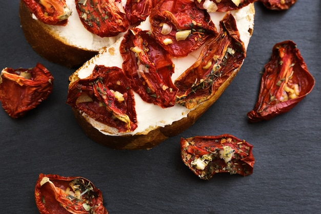 Bruschetta italiano tradicional dos antipasti com tomate e queijo macio sol-secados.