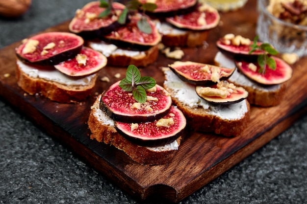 Bruschetta ou ctostini com queijo cottage, figos e mel.
