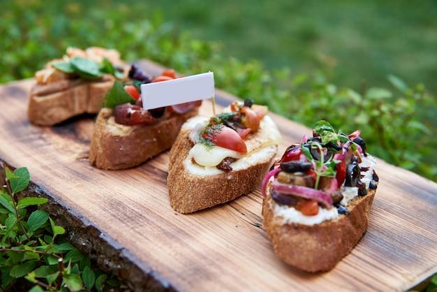 Bruschetta para vinho. variedade de pequenos sanduíches com presunto,