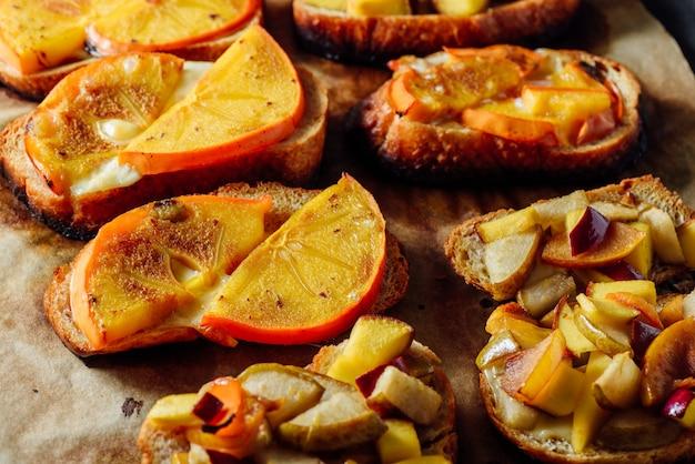 Bruschettas assados com frutas frescas Foto Premium