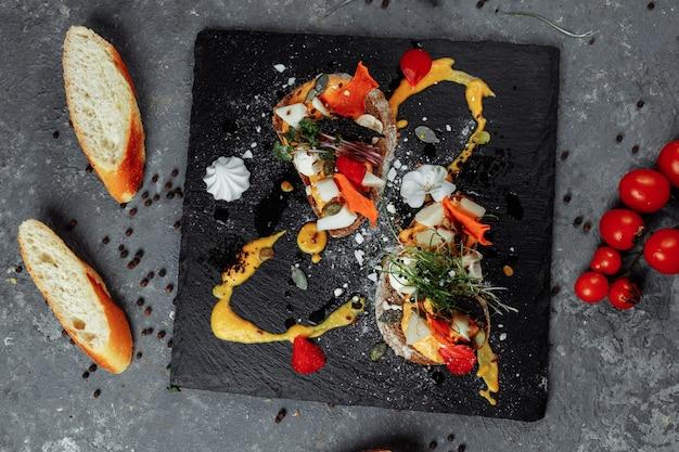 Bruschettas com mousse de abóbora e queijo de cabra. café da manhã leve, lanche ..