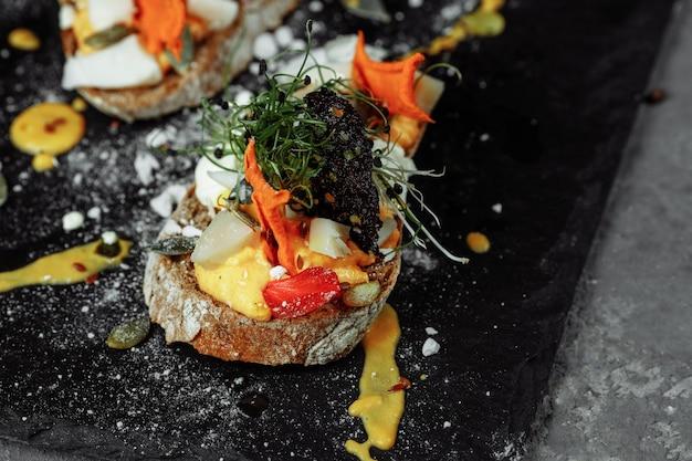 Bruschettas com mousse de abóbora e queijo de cabra