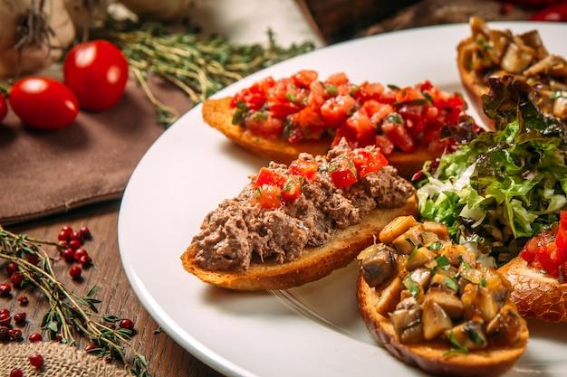 Bruschettas de aperitivos italianos apetitosos