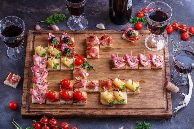 Brushetta ou autênticas tapas espanholas tradicionais definidas para a mesa de almoço. vista superior, plana leigos.