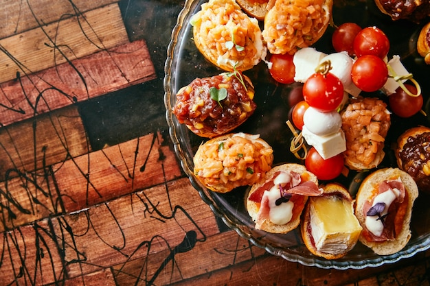 Brushetta ou tapas espanholas tradicionais. aperitivos aperitivos antepastos. vista superior com espaço para texto