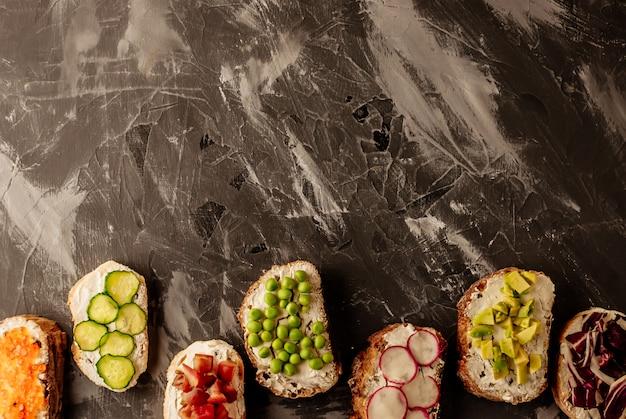 Brushetta ou tapas espanholas tradicionais. os petiscos italianos dos antipasti dos aperitivos ajustaram-se na placa de madeira.