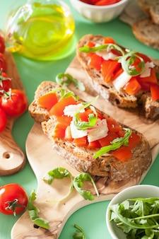 Brusqueta italiana com tomate parmesão rúcula