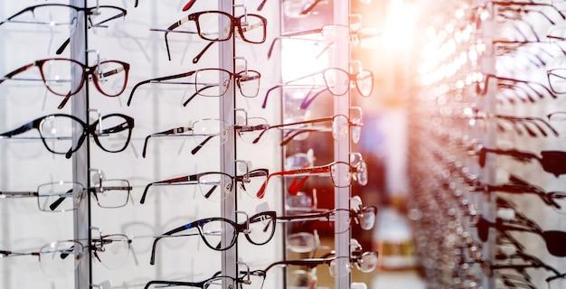 Bruto de óculos de elegância da moda na loja.