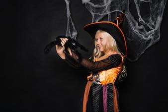 Bruxa alegre com aranha de brinquedo fofo