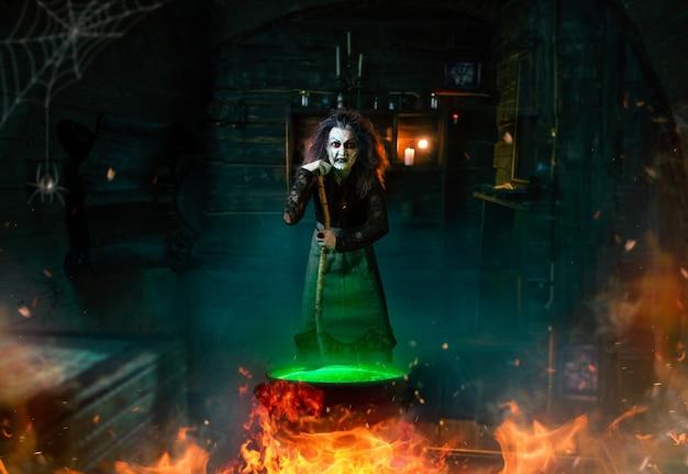 Bruxa assustadora cozinhando poções e lê o feitiço, sessão espiritual. a adivinhadora chama os espíritos, terrível cartomante