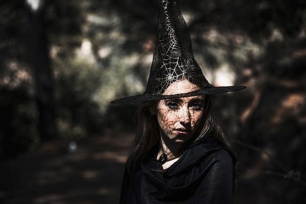 Bruxa bonita no dia de bosque