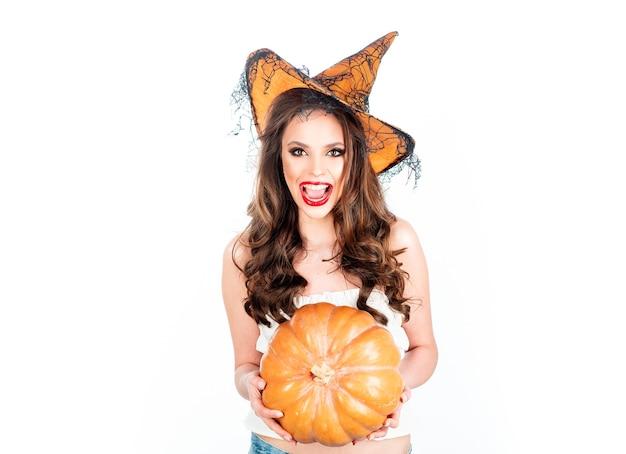 Bruxa com chapéu mágico isolado no fundo branco bruxa feliz de halloween com abóbora horror de halloween ...
