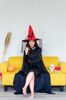 Bruxa de halloween com uma abóbora mágica,