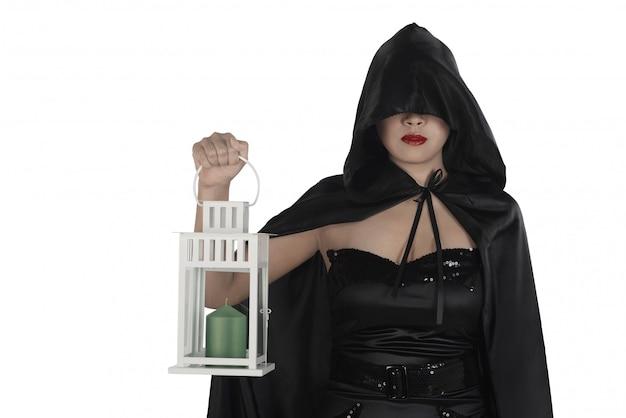 Bruxa de halloween mulher segurando a lanterna