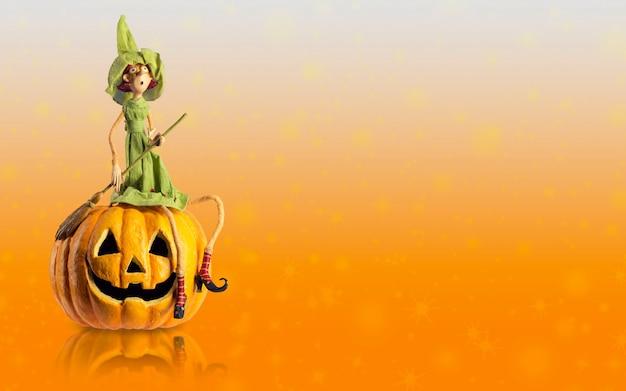 Bruxa de halloween sentar na abóbora esculpida
